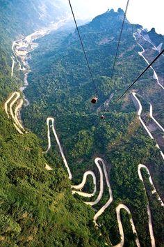 8 anni per costruirla, arriva fino a 1300 metri sopra il livello del mare, un totale di 99 curve... Sono i numeri della Heaven-Linking-Avenue, la strada da capogiro sul monte Tianmen, CIna
