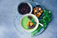 Grön citrongrässoppa med svart ris. Serveras som förrätt eller som huvudrätt.