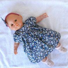 Habits poupon 36 cm - robe bleu marine à fleurs - Un grand marché Bandeau Rose, Laine Drops, Bleu Pastel, Boutique, Face, Baby Dolls, Wedding Cards, Felt Applique, Cloth Diapers