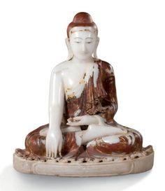BIRMANIE XIXe SIÈCLE  Elégant Bouddha assis en albâtre, inscription sur le socle. Assis dans la position de la prise de la terre à témoin. Le plissé délicat de la robe monastique s'épanouit à la base. Albâtre à belles plages de laque rouge et dorure. H: 73 cm, l: 67 cm. Manques au laque et à la dorure.