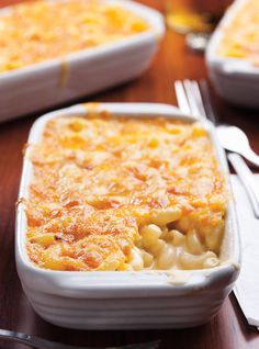 Macaronis gratinés au fromage (mac and cheese). This recipe is really good but there is a little bit too much cheese in it, so maybe add a bit of pasta! Mac Cheese Recipes, Pasta Recipes, Cooking Recipes, Confort Food, Ricardo Recipe, Macaroni Cheese, How To Cook Pasta, Pasta Dishes, Italian Recipes