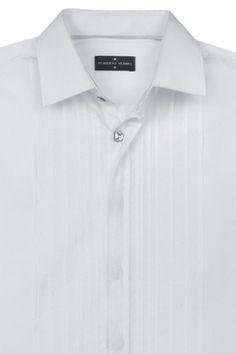 La camisa específica para este tipo de sastres es la blanca con cuello de pajarita, puño doble para gemelo y confeccionada en un tejido formal. Además, podrán incluir detalles más especiales que los de las camisas diarias, como botones de ónice o nácar y pechera con jaretas.