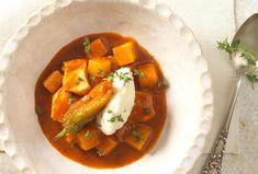 Kürbisgulasch mit Maishendl und Bohnenkrautnockerln Kraut, Thai Red Curry, Ethnic Recipes, Food, Choux Pastry, Meat, Chef Recipes, Cooking, Essen