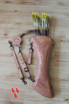 quiver in non-coloured saddle leather with 'feather design'                                                                                                                                                     More