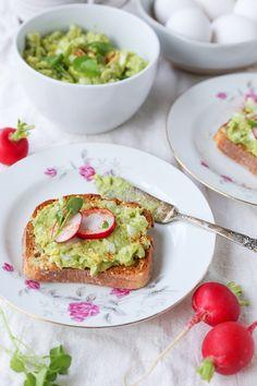 Avocado Egg Salad (Mayo-Free!) - an easy 4-ingredient lunch recipe | theroastedroot.net #glutenfree #dairyfree #healthy