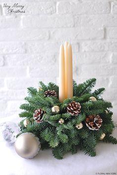Christmas Flower Decorations, Christmas Flower Arrangements, Christmas Table Centerpieces, Christmas Flowers, Noel Christmas, Diy Christmas Ornaments, Rustic Christmas, Christmas Wreaths, Primitive Christmas