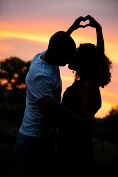 13 Stellar Silhouette Engagement Photo Ideas for your Save the Dates! Lots of great ideas.
