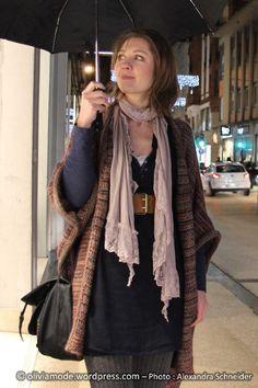 Oliviamode Robe bleue nuit encolure djellaba Cache-Cache - Maxi gilet forme poncho en laine chinée Cache-Cache - Ceinture large élastiquée New Yorker - Echarpe coton et dentelle vieux rose It'z - Parapluie Isotoner chez Cora - collant en tricot gris H&M - Maxi sac besace Desigual