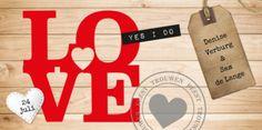 Langwerpige trouwkaart met steigerhouten achtergrond en rode typografische tekst LOVE. Papieren label met jullie namen en stoere stempel.