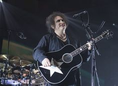 The star acoustic guitar Robert Smith is using on The Cure 2016 tour reminds me of Bowie's Black Star album cover in reverse... *like a little tribute*