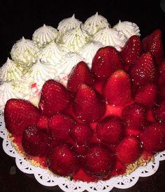 Adoro quando eu não preciso decidir o sabor! Torta meio a meio (R$ 30) da Padaria Juriti. Maravilhosa... Av. Juriti 605 Moema.  #torta #pie #lemonpie #strawberry #morangos #loveit #yummi #gordices #gordice #eating #dessert #sobremesa #instafood #instasweet #sweet #delicious #delícia #food #foodie #foodpics #foodporn #breakfast #cafedamanha #goodmorning #bomdia #monday #segundafeira