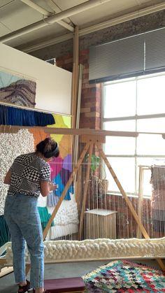 Weaving video of tapestry for wall decor Weaving Loom Diy, Rug Loom, Weaving Art, Weaving Patterns, Tapestry Weaving, Giant Wall Art, Macrame Wall Hanging Diy, Creation Deco, Diy Crafts Hacks