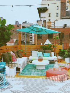 begrünte-terrasse-sonnenschirm-palettenmöbel-sichtschutz-ideen