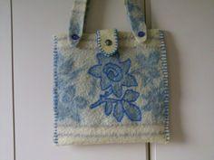 Tas gemaakt van oude deken en de ingeweven bloem met een steelsteek omlijnd
