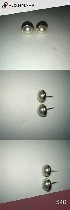14KT Yellow Gold Pearl Earrings 14 KT Yellow Gold Pearl Earrings Pre-owned  Missing earring backs Jewelry Earrings