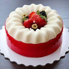 Клубничный пломбир! Mascarpone -strawberry /raspberry -pistachio 🍓 Внутри -Мусс с маскарпоне и ванилью ,крем с малиной и клубникой ,желе с малиной и клубникой , хрустящий слой с фисташкой ,малиной ,фисташковый бисквит !!! Хорошего вечера ❤️