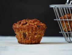 Mrkvovo-jablkové muffiny (bez mouky), krok 1: Žloutky vyšlehejte s cukrem, směs začně světlat. Poté přidejte kokosový olej a ještě prošlehejte. Kokos a vločky smíchejte se skořicí, sodou, vinným kamenem (práškem do pečiva) a spojte se žloutky.