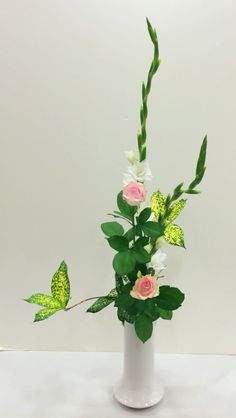 ⚫︎Sword lily⚫︎ Ikebana Flower Arrangement, Ikebana Arrangements, Flower Arrangements, Japanese Flowers, Construction Paper, All Flowers, Art Floral, Wraparound, Flower Decorations