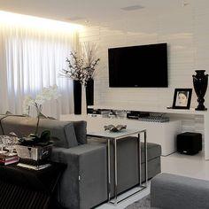 WEBSTA @ decorsalteado - Bom dia!!! E um maravilhoso final de semana a todos!!! ✨✨✨Sala de tv decorada de branca, preto e cinza - linda!!! Confira também as salas de estar, jantar e info de todas elas no blog DecorSalteado!!! Projeto: Flávio Moura-------------------------------------------- Profissionais sigam o @DecorSalteado no Instagram, marquem suas fotos com a hashtag #decorsalteado e compartilhem seus projetos automaticamente no blog!