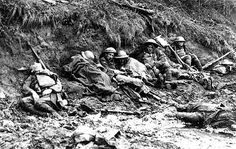 er zijn 4 slagen geweest bij het Belgische Ieper, de eerste slag tussen Poelkapelle en Zonnebeke tegenover de Britse en Franse, duistland wordt kapot gemaakt door de Britten. de 2de slag vond plaats toen de britten en franse mijn velden in duitsland tot ontploffing werd gebracht na de 3de en 4de slag vond er een wapenstilstand plaats op11 november 1918, toen werd du gecomandeerd door  Ludwig von Falkenhausen