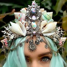 A moda das coroas de flores está ficando de lado. Agora, coroas de sereia são a nova moda!