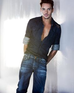 Jonathan Rhys Meyers - Very good pic of him... Irishman and Elvis lips... what more could you ask for??