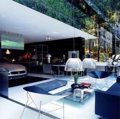 aménagement garage de design italien qui donne sur l'espace outdoor, salon de jardin moderne et suspension en verre