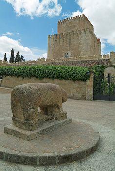 Castillo de Enrique II de Trastámara y verraco de granito de posible origen vetón. Ciudad Rodrigo, Salamanca.