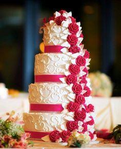 Una tarta nupcial con flores en cascada conquista, o no?