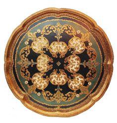 Antiga bandeja redonda veneziana em madeira policromada com pintura nas cores verde e ouro med. 42,5 cms