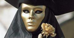 Maschera con rosa dorata