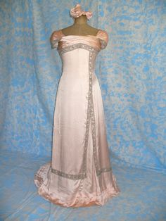 EVENING DRESS (architect 522) (Translated from Italian) 1902 LABEL: DEMANGEAT & GINOUX, ROBESS ET CONFETIONS, NANCY. ELEGANT EVENING DRESS FULL, SILK MADE IN PINK DRESS CONFETTO CONSISTS OF WHOLE AND BOW. BY HOOK REAR END, THE HEAD VERY GOOD CONDITION.