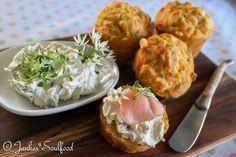 Maismehl-Muffins mit Bärlauchblüten-Frischkäse