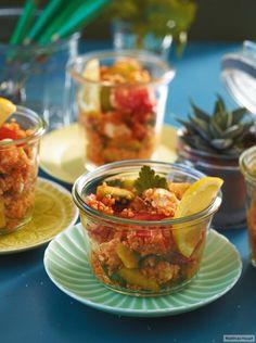 Mit Tomaten, Gurken und Feta, in kleinen Gläsern serviert. So bekommt jeder was.