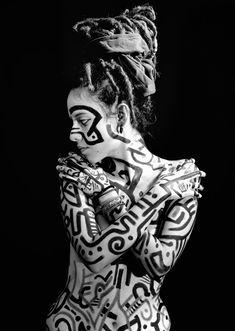 esto es un tipo de #arte que el papel es el cuerpo se le llama arte corporal