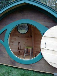 Hobbit Hole playhouse (DIY idea, et par vandfaste mdf-plader samlet med et tag af brædder fra gamle paller, tagpap nedenunder så det holder tæt..)
