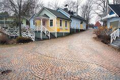 Classic-kivisarja on suunniteltu arkkitehtonisesti ja julkisivullisesti vaativiin kohteisiin. Kuvassa classic-kivisarja (pronssi) Muumimaailmassa. #päällystekivet #pihakiveys #muumimaailma Pavement, Home Fashion, Stones, Deck, Gardening, Cabin, House Styles, Outdoor Decor, Pattern
