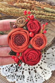 Simple Fabric Crafts You Can Make From Scraps - Diy Crafts Fabric Flower Brooch, Fabric Roses, Textile Jewelry, Fabric Jewelry, Jewellery, Burlap Flowers, Diy Flowers, Beaded Flowers, Fabric Crafts