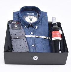 """Coffret Cadeau de Noël pour Homme """"La Tourbée""""  Chemise Homme en jean / denim bleue + bouteille de vin rouge et chaussettes en fil d'écosse Hanjo, le vestiaire des épicuriens : https://hanjo.fr"""