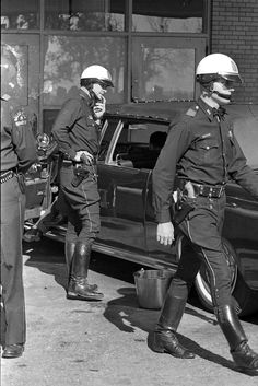 Outside Parkland Hospital, police around the presidential limousine, after they had put the hardtop on. Kennedy laid dead inside the hospital. John Connally, The Lone Gunmen, Kennedy Assassination, Men In Uniform, Cop Uniform, Hot Cops, Jfk Jr, Jackie Kennedy, American History
