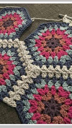 34 Ideas For Crochet Crafts Patterns Granny Squares Crochet Hexagon Blanket, Crochet Motifs, Crochet Quilt, Crochet Blocks, Granny Square Crochet Pattern, Afghan Crochet Patterns, Crochet Squares, Knitting Patterns, Granny Squares