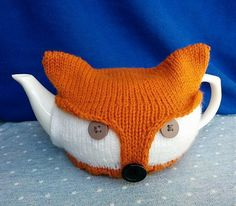 Free knitting for Fox Tea Pot Cozy - Beverley Laundry's cozy is made from a rectangular shape fastened with buttons that create a fox face when fitted around the tea pot. Note — I couldn't get to the original site so this is a link to the archive. Knitting Blogs, Knitting Patterns Free, Free Knitting, Knitting Projects, Crochet Projects, Crochet Patterns, Finger Knitting, Scarf Patterns, Knitting Tutorials