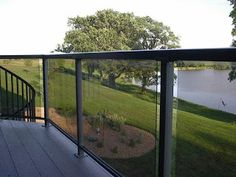 A glass deck railing allow you an unrestricted view of your backyard. A glass deck railing in your deck can add an elegant touch of style to your home. Pipe Railing, Deck Railing Design, Patio Railing, Glass Railing, Deck Design, Railing Ideas, Pergola Patio, Decking Ideas, Cable Railing
