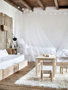 If you love to mix bohemian and minimalist styles, this stunning collection of minimalist boho bedroom designs will steal your heart! Take a peek >> Home Interior, Interior Design, Bohemian Interior, Casas Shabby Chic, Interior Minimalista, Beach Cottage Decor, Home And Deco, Shabby Chic Homes, Dream Decor