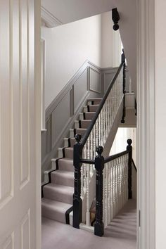 Situated within a prominent conservation area in Chiswick, this Victorian house has undergone a complete Hughes Development's refurbishment. Victorian House Interiors, Victorian Terrace House, Georgian Interiors, Georgian Homes, Victorian Homes, Victorian Home Decor, Victorian Gardens, Modern Architecture House, Modern House Design