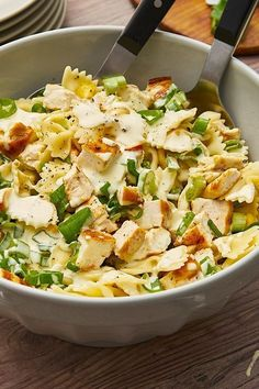 Pasta salad deluxe: Farfalle with fine chicken cubes, crispy corn and spring onions. # pasta salad # chicken Pasta salad deluxe: Farfalle with fine chicken cubes, crispy corn and spring onions. Chicken Pasta, Chicken Salad, Ham Salad, Chicken Sandwich, Pasta Salad Recipes, How To Make Salad, Kale, Quinoa, Feta