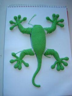 Выкладываю свой мастер класс по вязанию ящерки-геккона. Описание очень примерное, без рядов-столбиков. Поэтому вязать, чтобы получилось как оригинал, пришлось интуитивно. Нашла в недрах интернета онлайн-тему по вязанию ящерки, но конечный результат у них получается не такой Так что записала свое описание - оно вроде бы максимально приближено к оригиналу.Нам потребуются: 1.