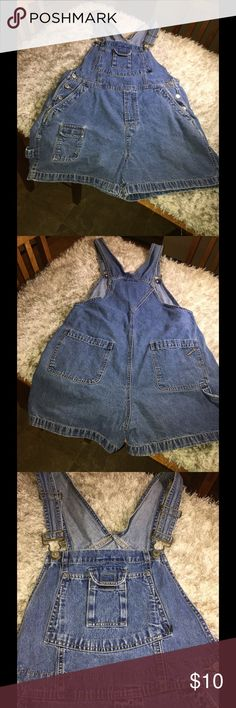 No Boundaries Denim Short Overalls Large Denim shortfalls/Overalls.  Carpenter style.  Size large (11/13).  From No Boundaries.  Medium blue rinse color.  Good condition.  Important:   All items are freshly laundered as applicable prior to shipping (new items and shoes excluded).  Not all my items are from pet/smoke free homes.  Price is reduced to reflect this!   Thank you for looking! No Boundaries Jeans Overalls