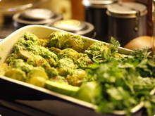 Salada de Batatas com Castanhas do Pará 1 kg de batatinhas 2 colheres de sopa de azeite de oliva 2 pitadas de sal 3 copos de salsinha fresca 1/3 de copo de azeite de oliva 1 dente de alho 1/3 copo de castanhas do Pará 1 limão (suco)