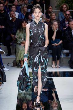Giorgio Armani Spring 2020 Ready-to-Wear Fashion Show - Vogue Fashion Moda, Fashion Week, Fashion 2020, Urban Fashion, Spring Fashion, High Fashion, Fashion Show, Fashion Looks, Womens Fashion